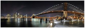 Vue panoramique nocturene de New-York. Au premier plan le pont de Brooklyn.